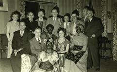 47945 Toneelvereniging 'Het Vlissingsch Schouwspel', Groepsfoto voor het toneelstuk 'Van ander ras'