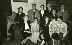 47946 Toneelvereniging 'Het Vlissingsch Schouwspel' . Groepsfoto voor het toneelstuk 'Vogel vlieg de wereld in', mei 1952