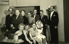 47954 Toneelvereniging 'Het Vlissingsch Schouwspel'. Groepsfoto voor het toneelstuk 'Mirand', april 1955