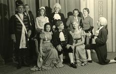 47958 Toneelvereniging 'Het Vlissingsch Schouwspel'. Groepsfoto voor het toneelstuk 'Hard tegen hart', april 1957