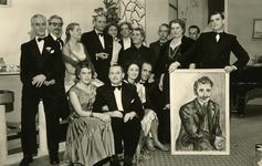 47959 Toneelvereniging 'Het Vlissingsch Schouwspel'. Groepsfoto voor het toneelstuk 'De kinderen van Eduard', okt.-nov. 1957