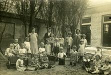 48473 Schoolklasje van de Nutskleuterschool of fröbelschooltje in de Hobeinstraat, hoek Paul Krugerstraat