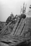 48782 Tweede Wereldoorlog. Duitse militairen zoekend in de puinhopen na een bombardement in aug. 1943, omgeving Abeelseweg