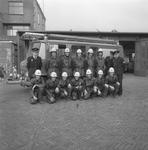 49420 Groepsfoto van de jeugdbrandweer op het terrein achter de brandweerkazerne aan de Van Dishoeckstraat in ...