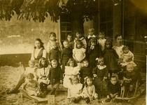 49613 Klas van de Christelijke bewaarschool in het pand Bellamypark 43 (voorheen IJzeren Brug). De middelste jongen in ...