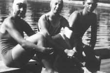 51754 Vanaf 1930 werd jaarlijks de Scheldebeker zwemwedstrijd van Breskens naar Vlissingen gezwommen.Bij slecht weer ...