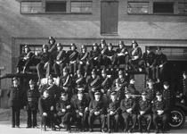 51768 Groepsfoto brandweer voor de nieuwe brandweerkazerne aan de Van Dishoeckstraat in Vlissingen. Voorste rij zittend ...