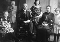 51779 Het gezin Gillissen-Tielrooij, slagersfamilie in de Nieuwstraat.Van l. naar r.: Nel Gillissen, Piet Gillissen, ...