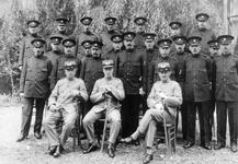 51785 Groepsfoto Vlissingse gemeentepolitie. Zittend van l. naar r.: P.J. Bartelse, J.F. van Berkel en D.W. Toussaint. ...
