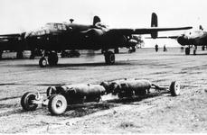 52322 Tweede Wereldoorlog. Vliegveld in Engeland tijdens de 2e wereldoorlog met Mitchell bommenwerpers van het ...