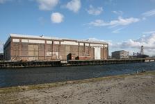 52452 Sloop van de gebouwen op het terrein van de Koninklijke Scheldegroep in Vlissingen. De machinefabriek gezien ...