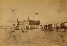 5365 Het Badstrand met op de achtergrond het Grand Hotel des Bains. Op het strand ziet men de badkoetsen.