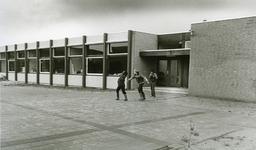 54000 De Openbare lagere school 'De Startbaan' in Westerzicht. Deel van het complex dat verder nog bestaat uit de ...
