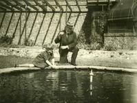 54477 Carel Albert van Woelderen, burgemeester van Vlissingen met dochter Helene van Woelderen in de tuin van het ...