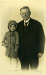 54489 Carel Albert van Woelderen, burgemeester van Vlissingen van 1919-1945 met dochter Helene van Woelderen.Op 28 ...