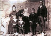 54850 De Vlissingse familie Scheepers. Van links naar rechts weduwe vanaf 03-10-1861, Pieternella Margrieta Launsbach - ...