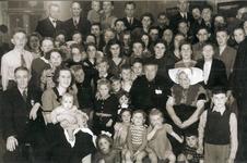 54931 Groepsfoto (familie) met Adriaan Duvekot (geboren 16-05-1870, Vrouwenpolder en overleden 18-09-1956, Vlissingen) ...