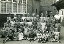 55329 Klas van de Gereformeerde Kleuterschool in de Doctor Ottestraat, hoek Rochussenstraat, achter de Gereformeerde Kerk
