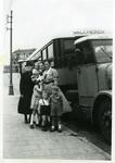 55544 Het poseren voor een autobus in de badhuisstraat met op de voorste rij v.l.n.r. Anneke Sturm, Frans Sturm en Wim ...