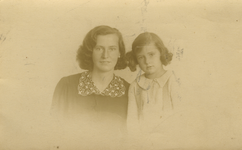 57049 Maria Magdalena Maas (geb. 7-2-1913 te Vlissingen) en haar dochter Maria Magdalena Stofberg (geb. 6-9-1933 te ...