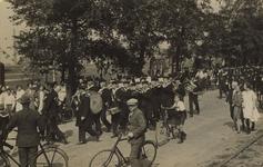 57069 Koninginnedag 31 aug. 1927, verjaardag van Koningin Wilhelmina. Het marinemuziekcorps van de opleiding vormt een ...