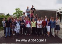 57197 Onderwijzend personeel van de CBS De Wissel aan de Flamingoweg en aan de Kleiweg. Schooljaar 2010-2011