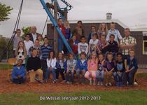 57201 Groep 5A van CBS De Wissel aan de Flamingoweg en aan de Kleiweg. Schooljaar 2012-2013. Bovenste rij van l. naar ...