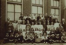 57204 Schoolklas openbare lagere school F, de Eilandschool aan de Joost de Moorstraat. Op de tweede plaats in de 2de ...