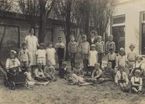 57208 Schoolklasje van de Nutskleuterschool of fröbelschooltje in de Hobeinstraat, hoek Paul Krugerstraat