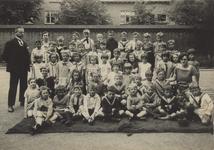57210 Klas 1 van de openbare Bouwen Ewoutschool met links hoofdonderwijzer M.M. Franke, rechts van hem onderwijzeres de ...