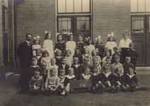 57211 De Bouwen Ewoutschool met klas 1B met links onderwijzer Hoek