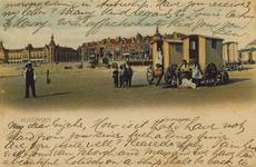 57498 'Vlissingen' 'Strandgezicht.'. Badstrand met badkoetsen. Links op de achtergrond het Grand Hotel des Bains (later ...