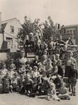 57609 Groepsfoto op een speelplaats bij een school in Vlissingen (?)