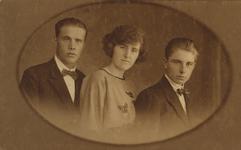 57624 Groepsfoto met v.l.n.r. Jan Zwart, Johanna Loekemeijer (geb. 2-11-1902 te Vlissingen) en Johannes Loekemeijer.