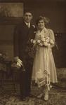 57625 Huwelijksfoto van Pieter Loekemeijer (geb. 26-9-1898 te Vlissingen) en Ilse Krüger (geb.28-6-1905 te Hamburg) Het ...