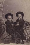 57642 Jacobus Bernardus Loekemeijer (geb. 19-12-1899 te Vlissingen) op de fiets en Pieter Loekemeijer (geb. 26-09-1898 ...