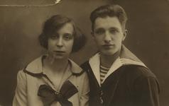 57648 Cornelia Maria van der Hout (geb. 29-2-1908 te Vlissingen en overl. 29-9-1981 te Vlissingen) en Johannes van ...