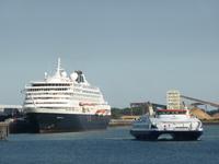 57995 ms. Prinsendam aan de kade van de Buitenhaven. Dit schip is gebouwd in 1988 onder de naam Royal Viking Sun voor ...