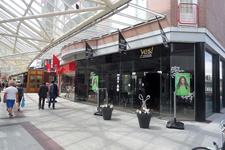 59323 Overdekte winkelstraat de Lange Zelke te Vlissingen ter hoogte van de hoek met de Schutterijstraat gezien ...