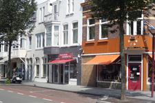 59332 Winkels in de Scheldestraat te Vlissingen, gezien vanaf de hoek met de Kasteelstraat. Hoekpand rechts is Atelier ...
