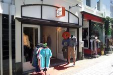 59338 Winkelpand van Mr. Nice, zaak in herenkleding, aan de Sint Jacobsstraat 18 te Vlissingen. Rechts daarnaast de ...