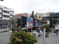 59491 De zonnetrein rijdt via de Marktstraat naar de Spuistraat te Vlissingen. Deze trein rijdt op zonne-energie en ...