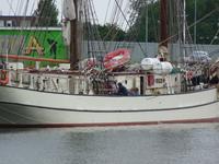 59494 De dwargetuigde brik Astrid ligt aan de kade bij de Koningsweg, gezien vanaf het Verbreed Kanaal. Het ...