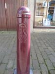 59528 Het Vlissingse straatbeeld wordt mede bepaald door de Vlissingertjes, de bordeaux-rode trottoirpaaltjes met het ...