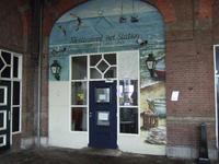 59581 Ingang van restaurant en cateringbedrijf Het Station aan de perron zijde van het station aan het Stationsplein te ...