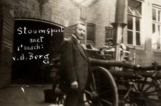 6168 De stoomspuit van de brandweer in Vlissingen met 1e machinist V.d. Berg