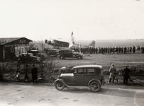 6261 Gezicht op het vliegveld Vlissingen. Een Fokker, waarschijnlijk F.XII PH-AFL ('Leeuwerik'). Het toestel maakte ...