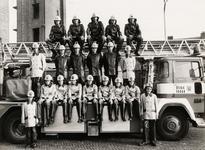 7760 Groepsfoto van de Vlissingse jeugdbrandweer op de achterplaats van de brandweercentrale in Vlissingen. Van l.n.r. ...