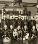8107 De Vlissingse jeugdbrandweer voor de schuimtankwagen van de Regionale brandweer in Vlissingen na het behalen van ...