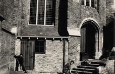 8393 Werkzaamheden in de tuin van de St. Jacobskerk, aan de Branderijstraat.